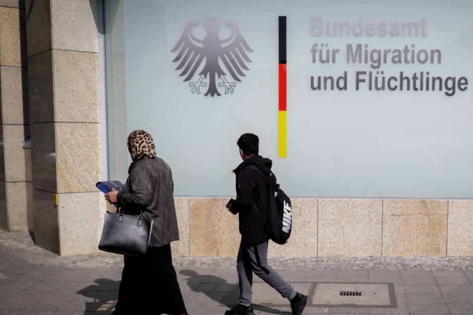 Passanten suchen am Morgen den Eingang zum Bundesamt für Migration und Flüchtlinge.