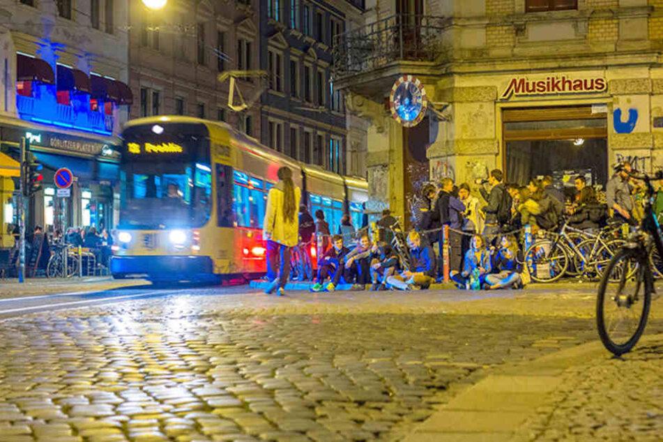 """Am sogenannten """"Assi-Eck"""" in der Neustadt kommen sich Besucher und Straßenbahnen  gefährlich nah."""