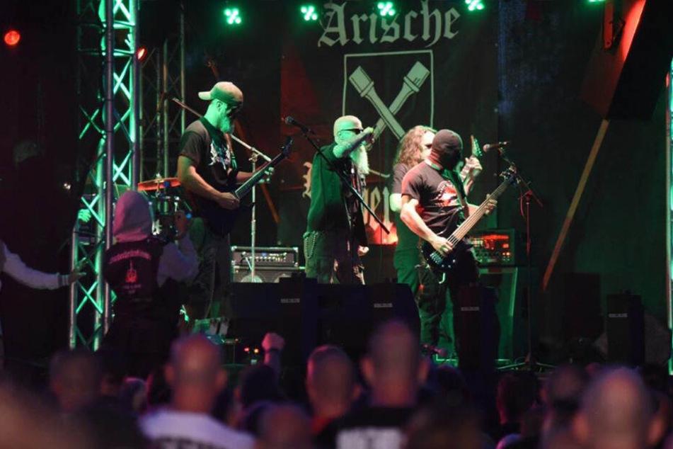 Der Bassist zog sich auf der Bühne eine Sturmhaube über.