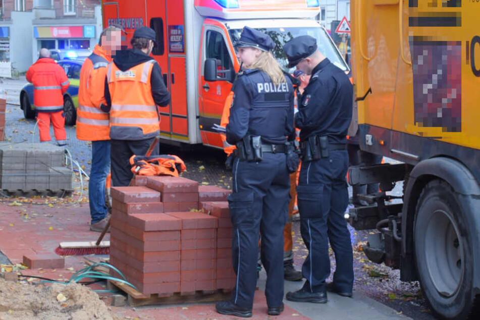 Beamte stehen an der Unfallstelle in Hamburg-Eimsbüttel.