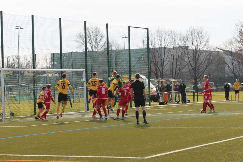 Das 1:0 für Dynamos U19: Einen Eckball von rechts köpft Maximilian Großer (vor Cottbus-Keeper Gerome Gartz) zur Führung ins Netz.