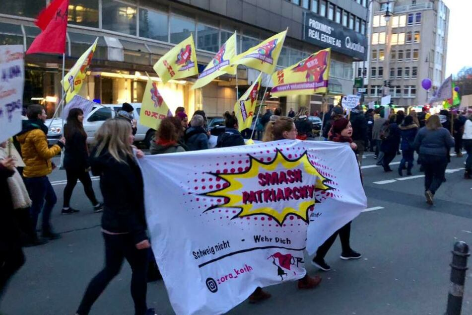 Hunderte Frauen demonstrieren in Köln für Gleichberechtigung
