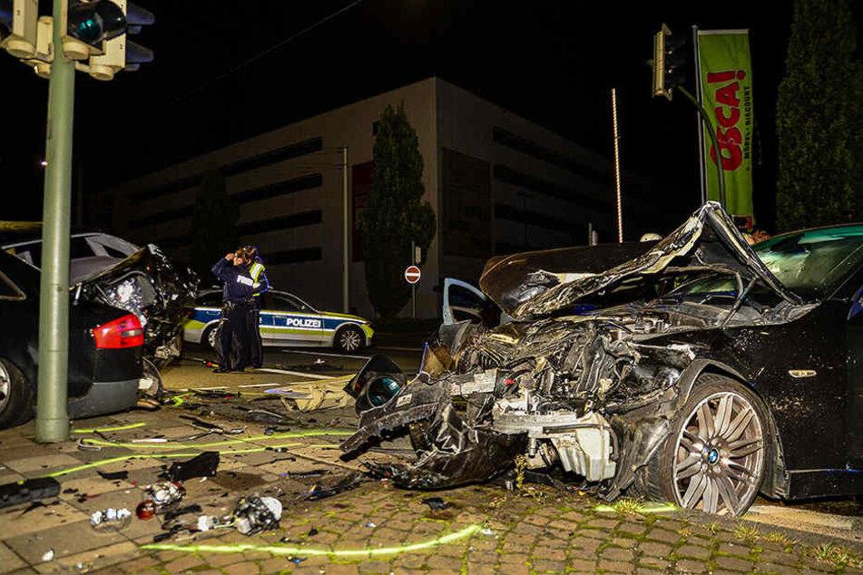Der schwarze BMW (re.) ist komplett zerstört.