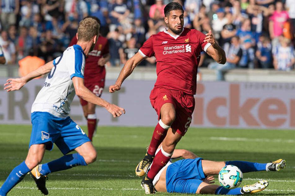 Liverpools Emre Can (M.) setzt sich gegen Herthas Fabian Lustenberger (l) und Per Skjelbred durch.