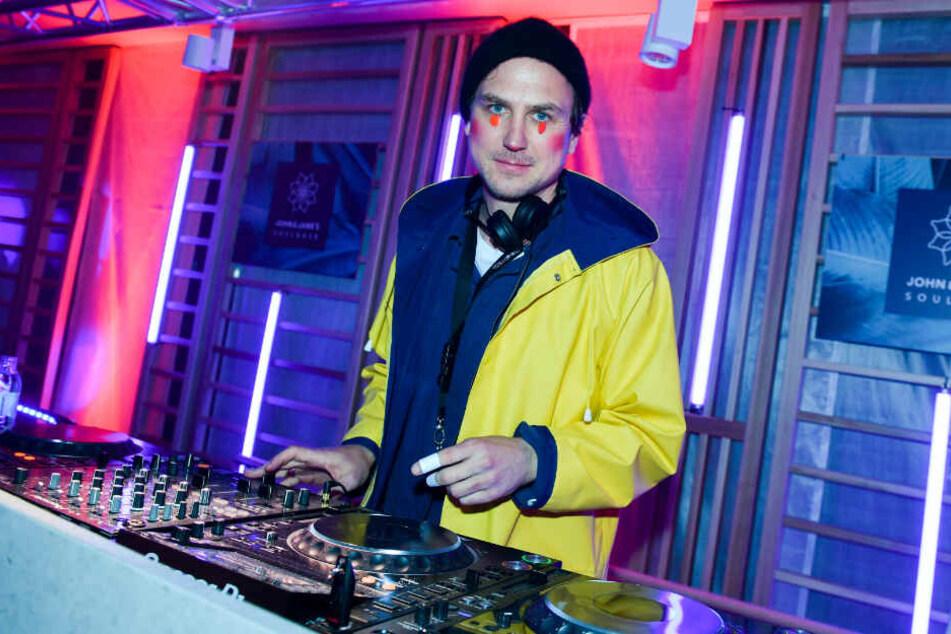 Schauspieler Lars Eidinger legt mit aufgeklebten Punkten und rot geschminkten Wangen zur Eröffnung des Yoga, Pilates und Barre-Studios der John & Janes Soulbase auf der Party als DJ auf. (Archivbild)