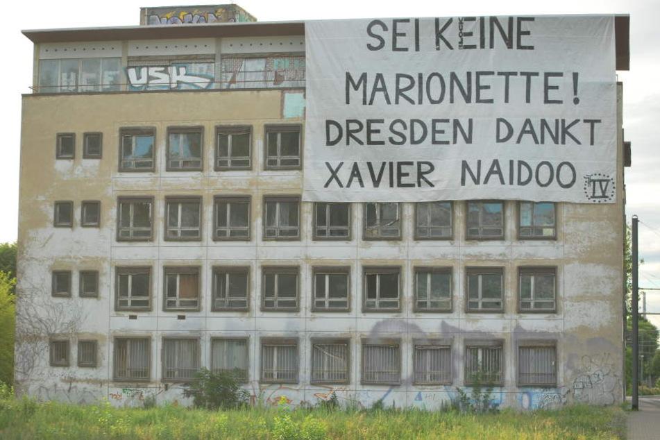 """""""Sei keine Marionette! Dresden dankt Xavier Naidoo"""" steht auf dem Plakat geschrieben, das Unbekannte in der Wiener Straße aufgehängt haben."""