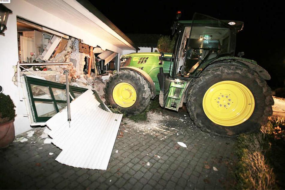 Mit einem Traktor krachten die Einbrecher durch die Wand.
