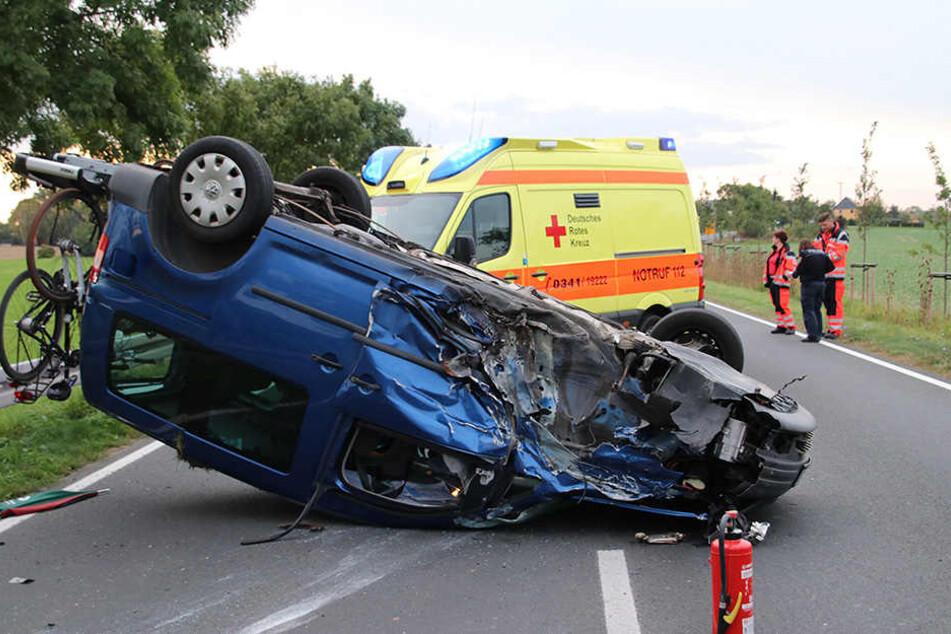 Kaum zu glauben: Aus diesem verunglückten Fahrzeug konnten alle Insassen lebend geborgen werden.