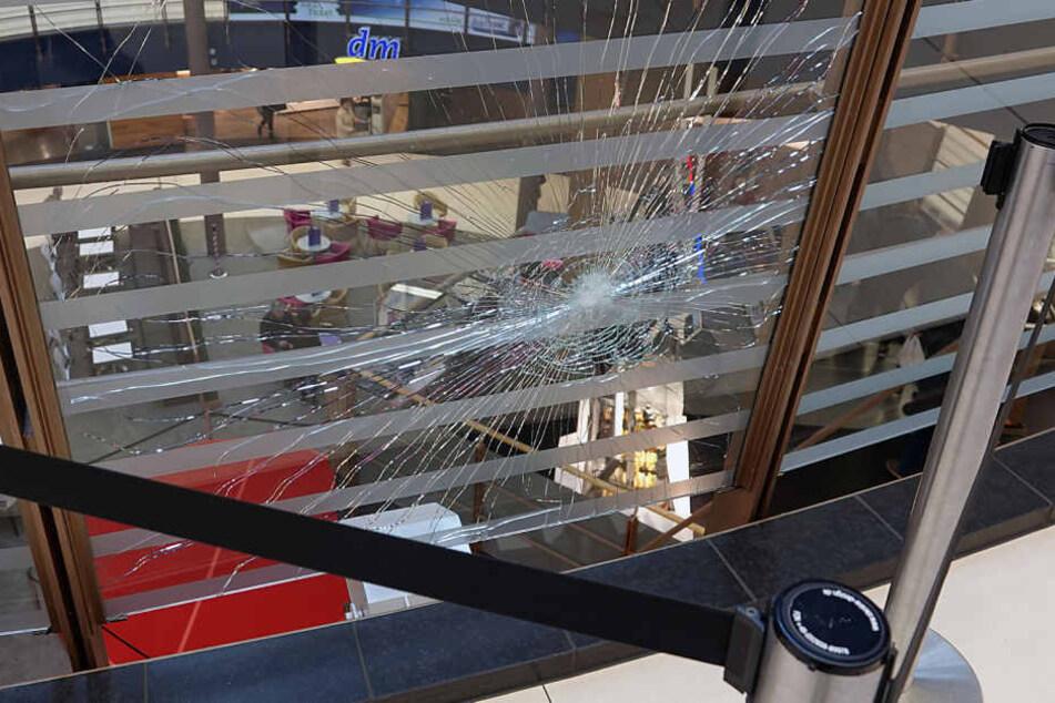 Vor dem Geschäft ging durch den Steinwurf eine Scheibe zu Bruch.