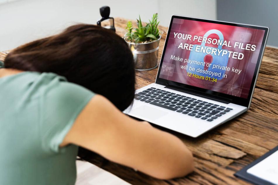Eine Frau verzweifelt, weil ihr Laptop gehackt wurde. Mit den TAG24-Tipps wäre das nicht passiert... (Symbolbild)
