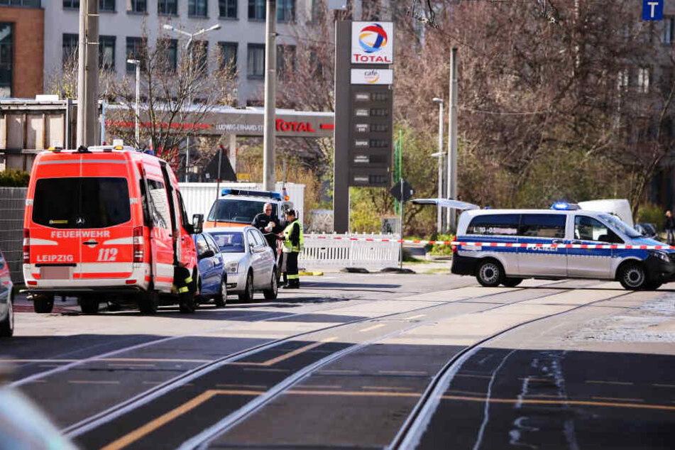Polizei und Rettungskräfte sperrten am Freitag die Kohlgartenstraße in Leipzig ab.