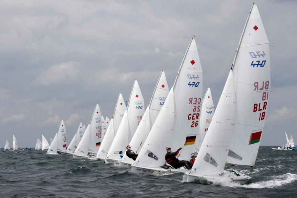 Segler der 470er-Klasse sind bei einer Wettfahrt im Rahmen der Kieler Woche auf der Förde vor Schilksee auf Kurs.