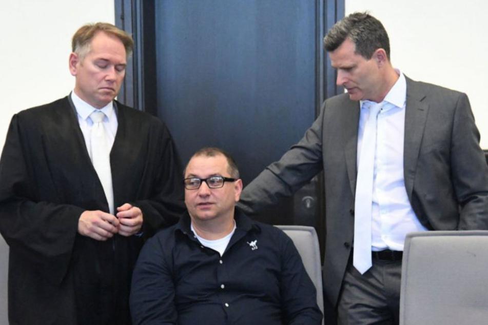 Wilfried W. (Mitte) muss sich vor Gericht wegen schwerer Vorwürfe verantworten.