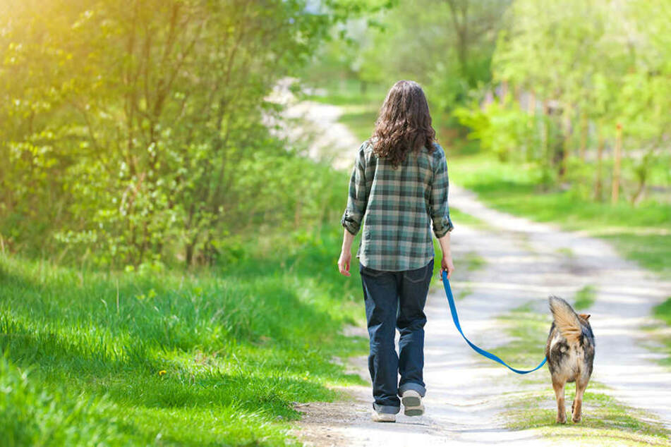 Die 24-Jährige war grade mit ihrem Hund unterwegs, als ein Radfahrer vor ihr blank zog.
