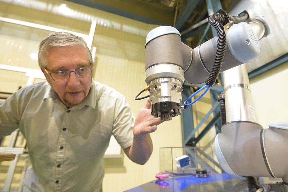 Die Werkzeugaufnahme des Roboters, die ICM-Geschäftsführer Andreas Schneider (42) zeigt, wurde im ICM entwickelt.