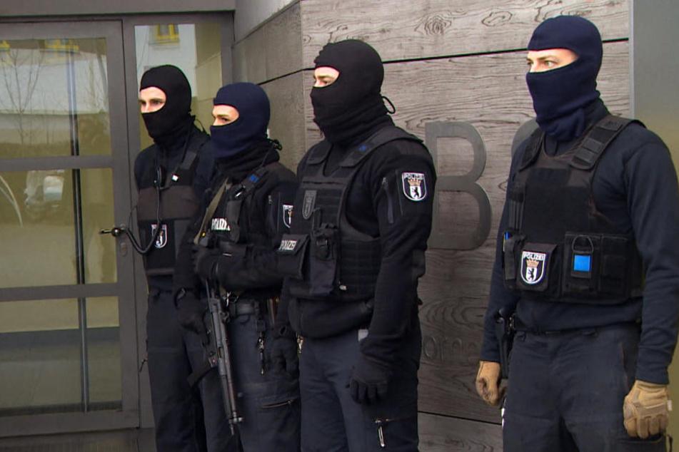 Ermittler der Sicherheitsbehörden durchsuchten die Wohnungen der beiden Islamisten in Herford. (Symbolbild)
