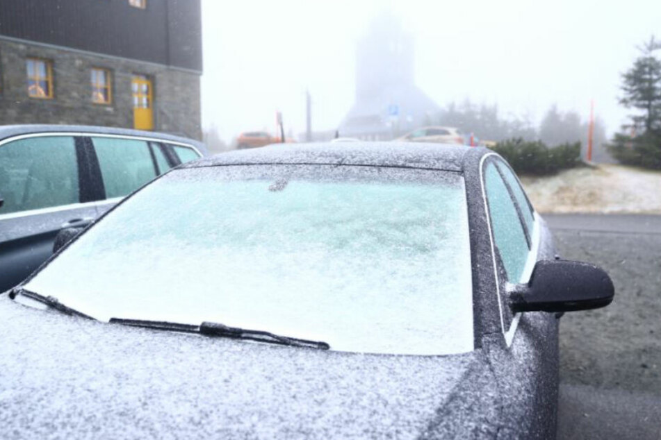 Besen parat? Die Autos müssen am Fichtelberg schon geräumt werden.