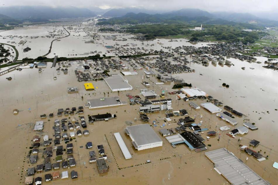 Wegen sintflutartiger Regenfälle im Westen Japans mussten mindestens 440.000 Menschen ihre Häuser und Wohnungen verlassen.
