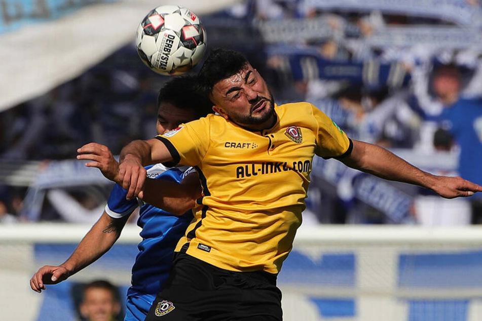 Aias Aosman (vorn) im Derby-Hinspiel beim 1. FC Magdeburg im Kopfballduell mit Aleksandar Ignjovski.