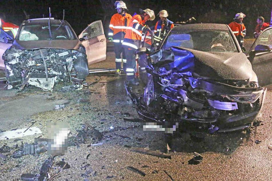 Auf der Bundesstraße 21 in Bayern sind zwei Autos frontal zusammengestoßen.