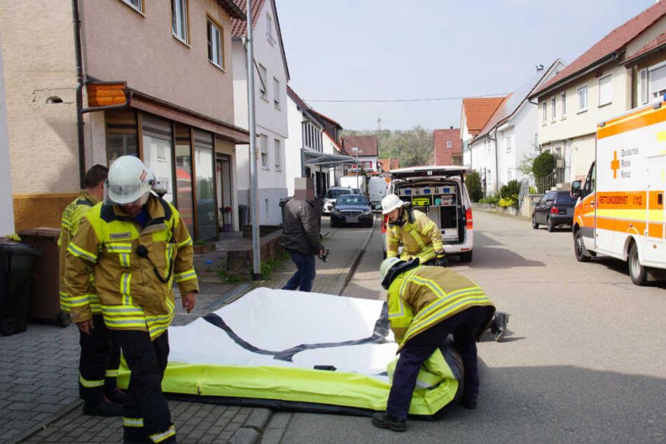 Die Feuerwehr bereitete ein Sprungtuch unter dem Fenster vor, auf das der Mann später sprang.