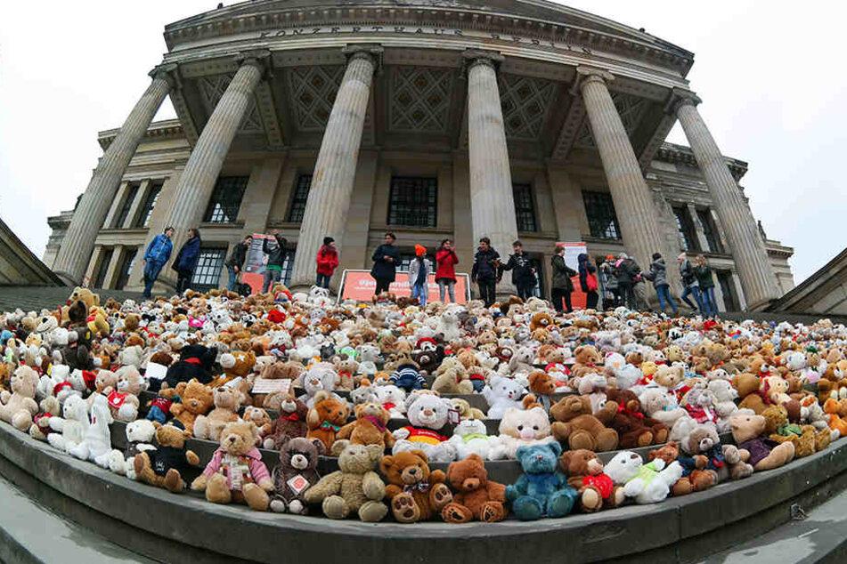 Berliner Schüler haben auf den Stufen des Konzerthauses ein Mahnmal aus Teddybären errichtet.