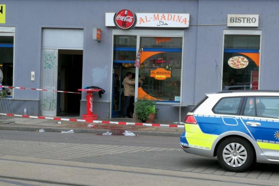 Der Tatort vor einem Dönerimbiss in der Leipziger Kurt-Schumacher-Straße. Hier wurde am Montagnachmittag ein 17-Jähriger niedergestochen.
