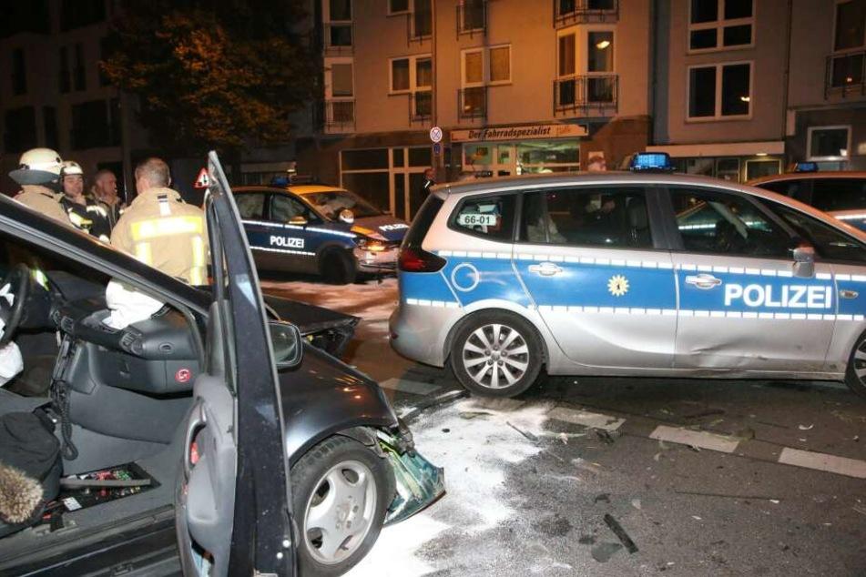 Gefährlicher Zusammenprall: Der Fluchtfahrer rammte ein Polizeiauto.