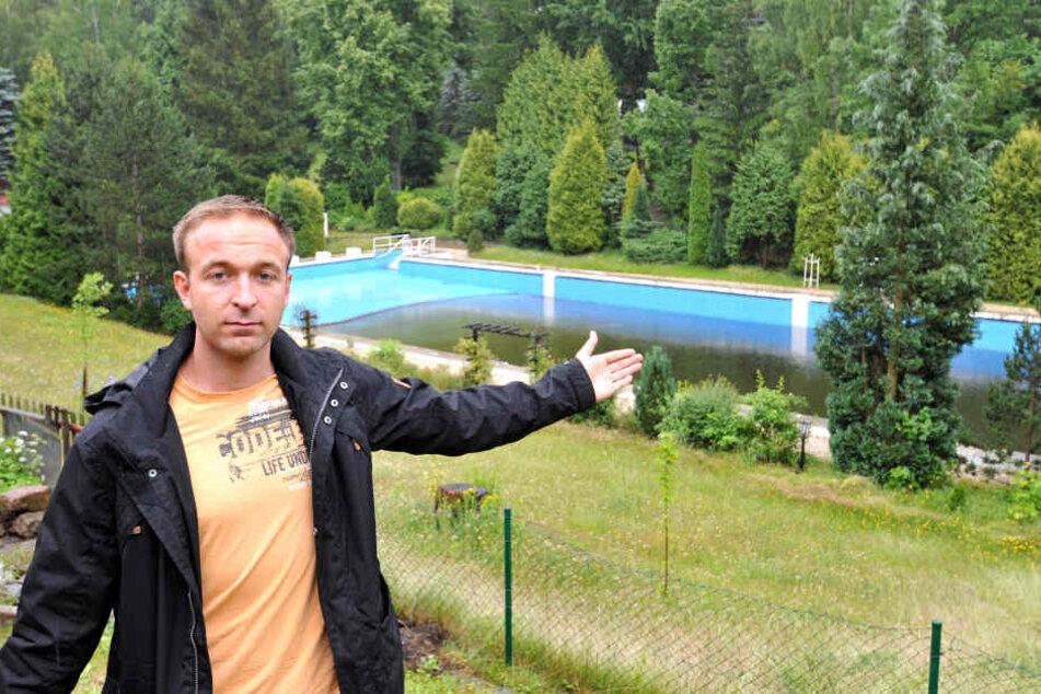 Eine Bürgerinitiative will das beliebte Erfenschlager Sommerbad retten. Felix Kreißel (28) vom Bürgerverein.