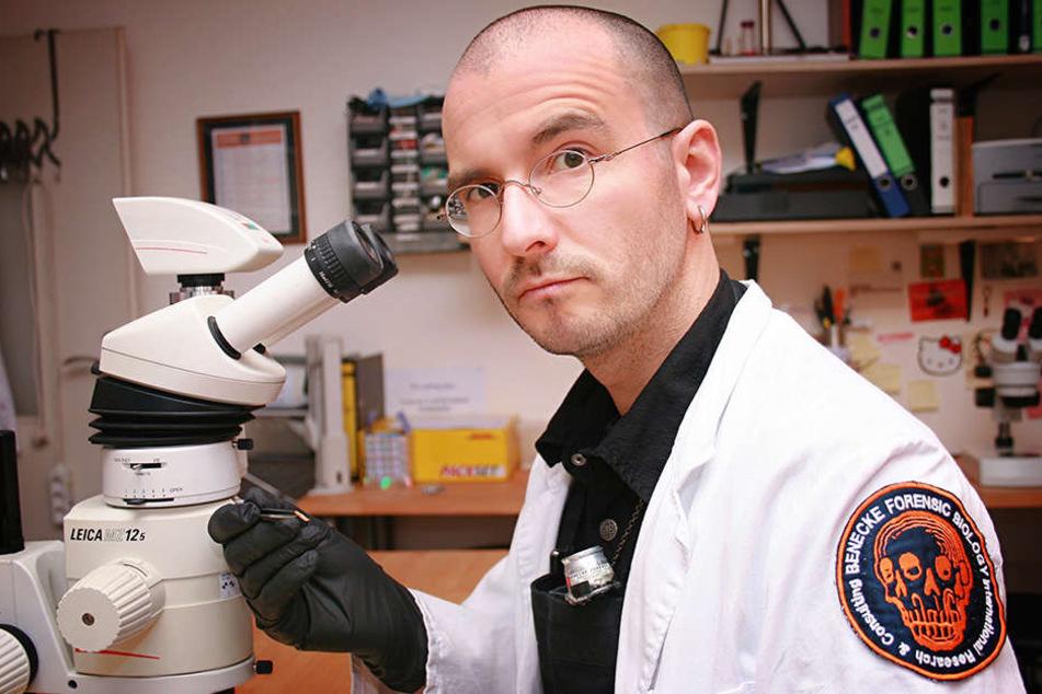 Kriminalbiologe Mark Benecke in einem Labor. In einer Leiche kann viel Leben stecken - vor allem, wenn das Herz schon länger nicht mehr schlägt.