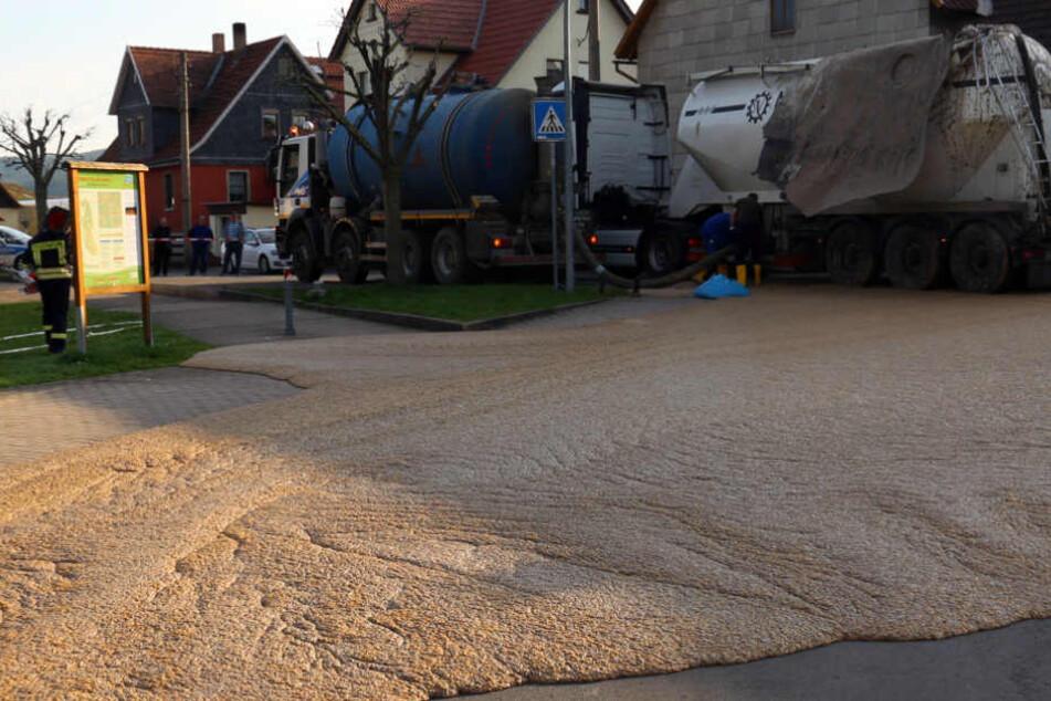 Lkw-Tank mit Essensresten explodiert in Schwallungen: Sauerei überall, hoher Schaden