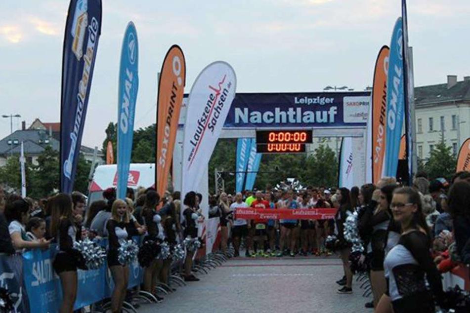 Hunderte begeisterte Zuschauer, Musiker und Tänzer feuern die Läufer jedes Jahr an.
