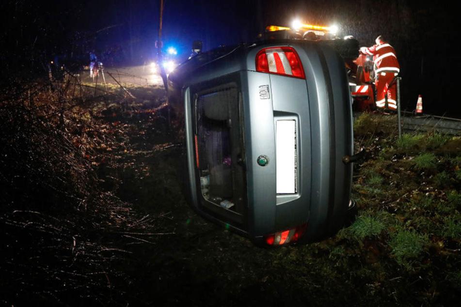 Der Skoda war nach dem Unfall im Straßengraben gelandet.
