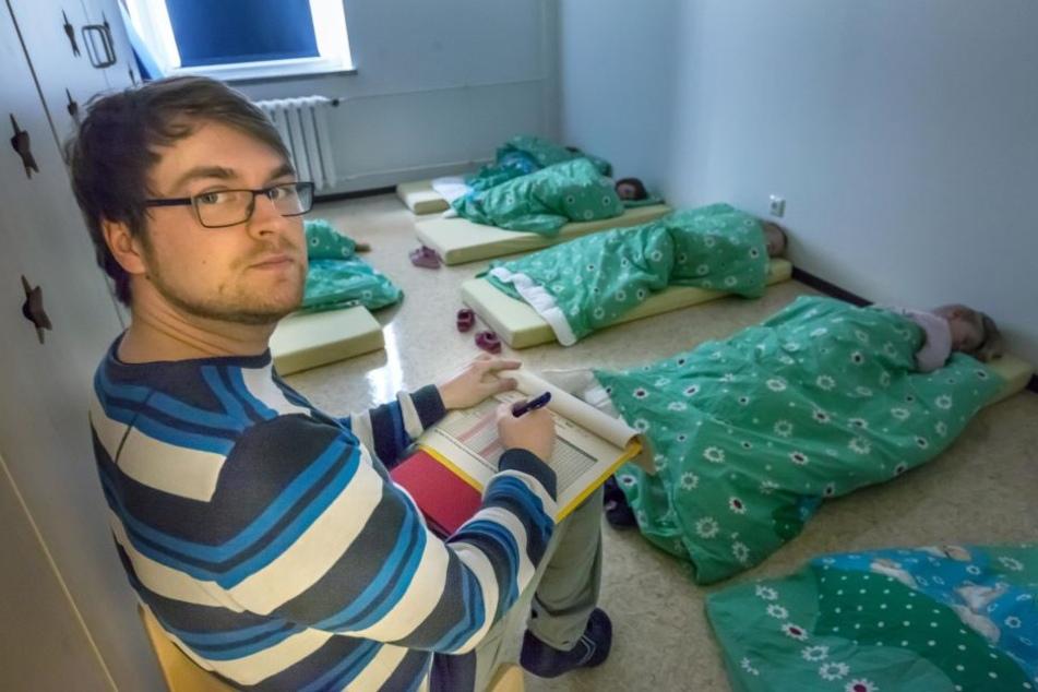 Erzieher Chris Wolf von der Kita Fantasia muss die Schreibarbeiten während des Mittagsschlafs erledigen.