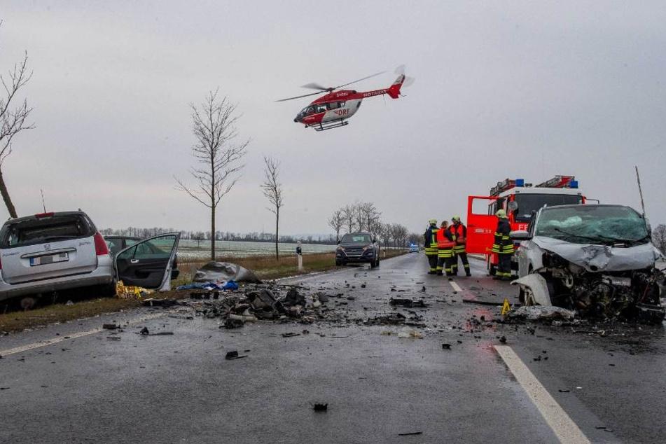 Die B7 ähnelte einem Trümmerfeld nach dem Unfall mit drei Fahrzeugen.