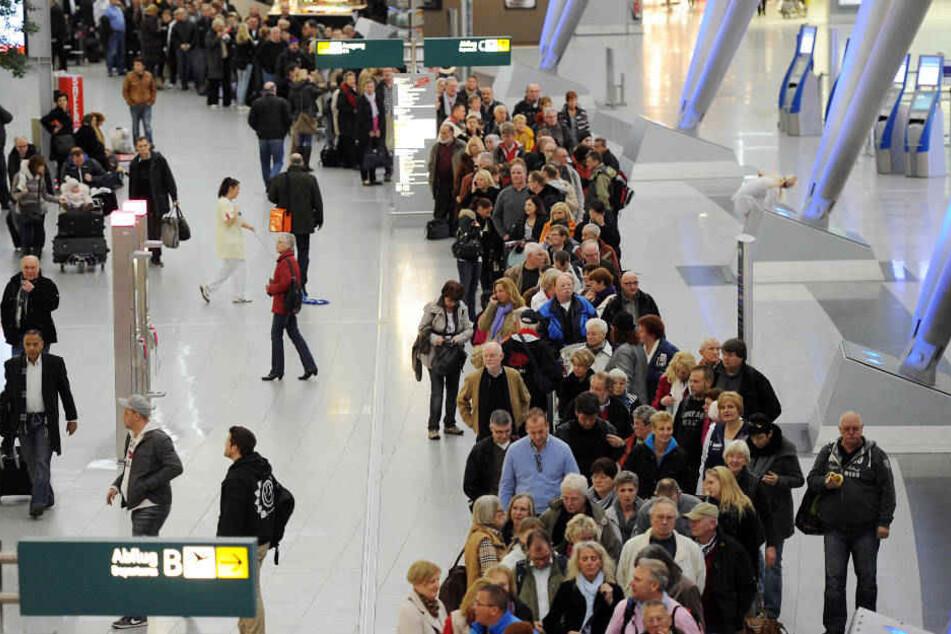 Zum Beginn der Sommerferien drohen wieder lange Warteschlangen im Düsseldorfer Flughafen.