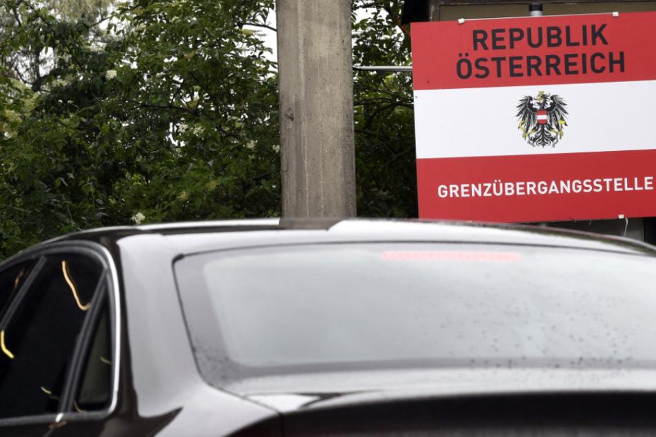 Ein Auto passiert die österreichische Grenze. Wer ins deutsche Nachbarland einreist, muss 10 Tage in Quarantäne.