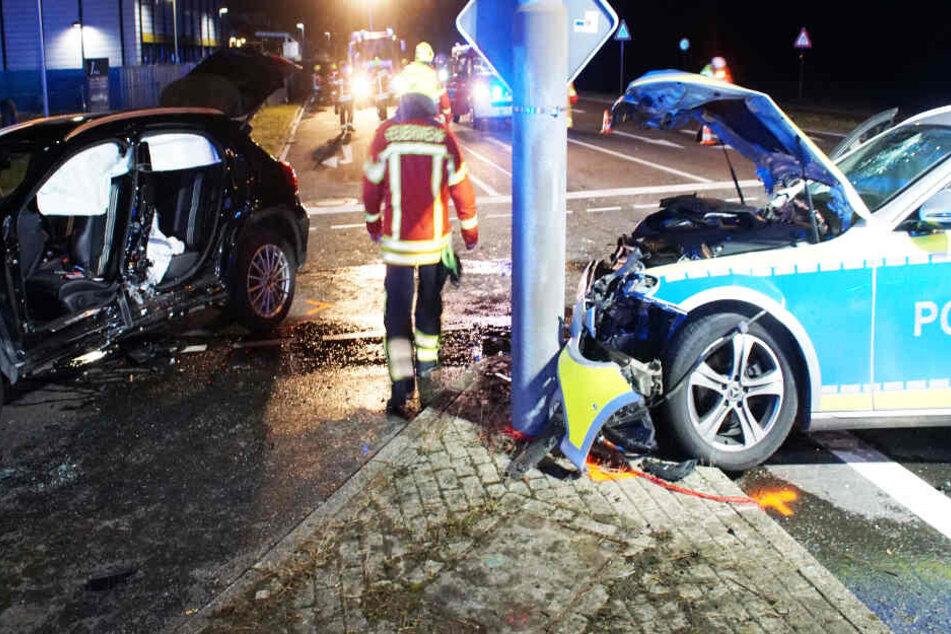 Streifenwagen und SUV krachen auf Kreuzung ineinander: Drei Verletzte