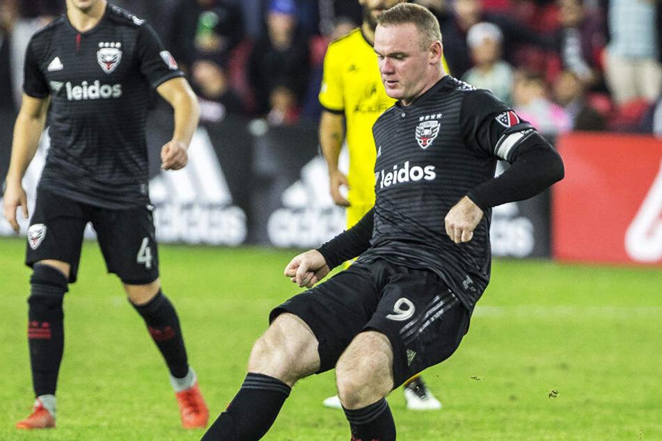 Wayne Rooney verlor die Beherrschung und flog nach einer brutalen Blutgrätsche mit Rot vom Platz.