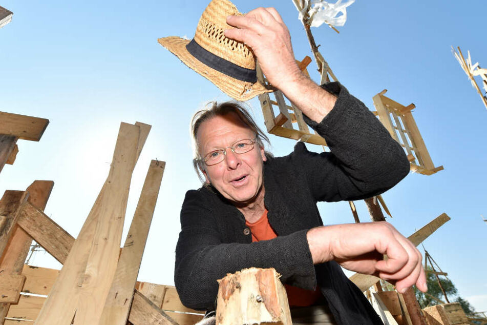 """Kümstler Richard von Gigantikow (67) aus Radebeul zieht den Hut vor seiner Paletten-Stadt """"Labystan"""""""