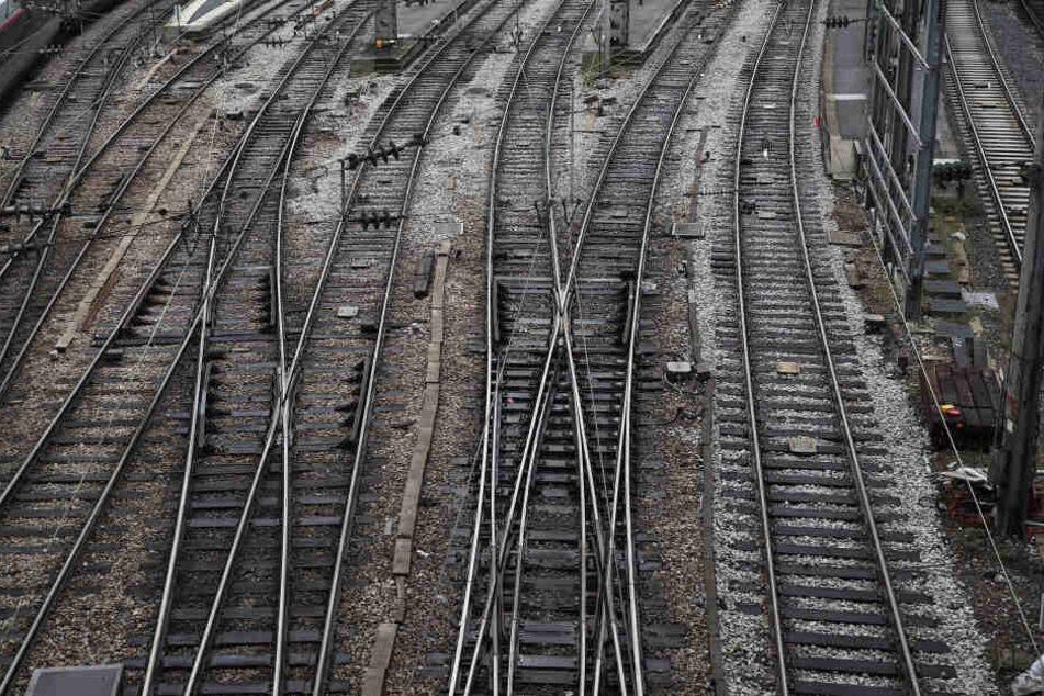 Die Bahnstrecke in der Nähe des Hauptbahnhofes in Gießen wurde umgehend gesperrt. (Symbolbild)