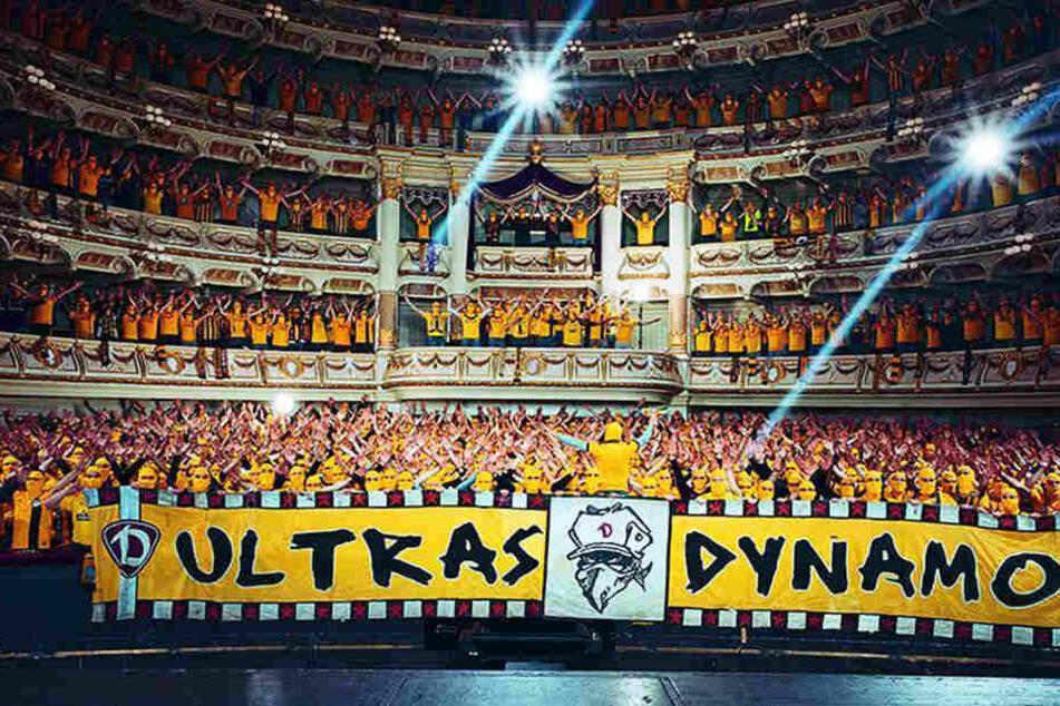 """Ausverkauftes"" Haus: 1.200 Dynamo-Ultras in der Semperoper auf dem ""Hugenotten""-Plakat."