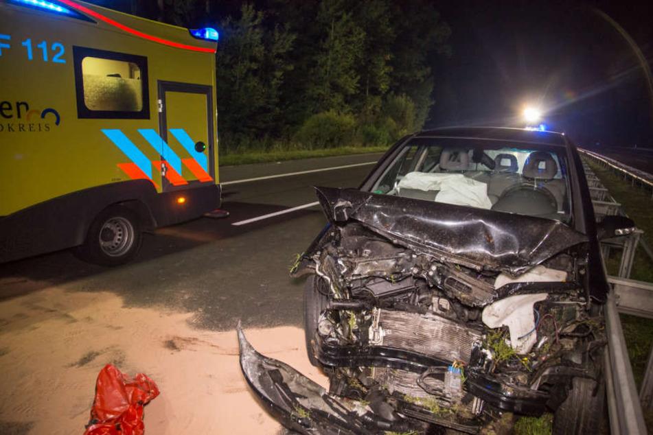 Der Mercedes wurde stark beschädigt, die beiden Insassen mussten in ein Krankenhaus.