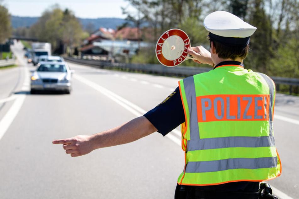 Die Polizei stoppte einen Fahrer, der mit einem Fake-Polizeiwagen unterwegs war.