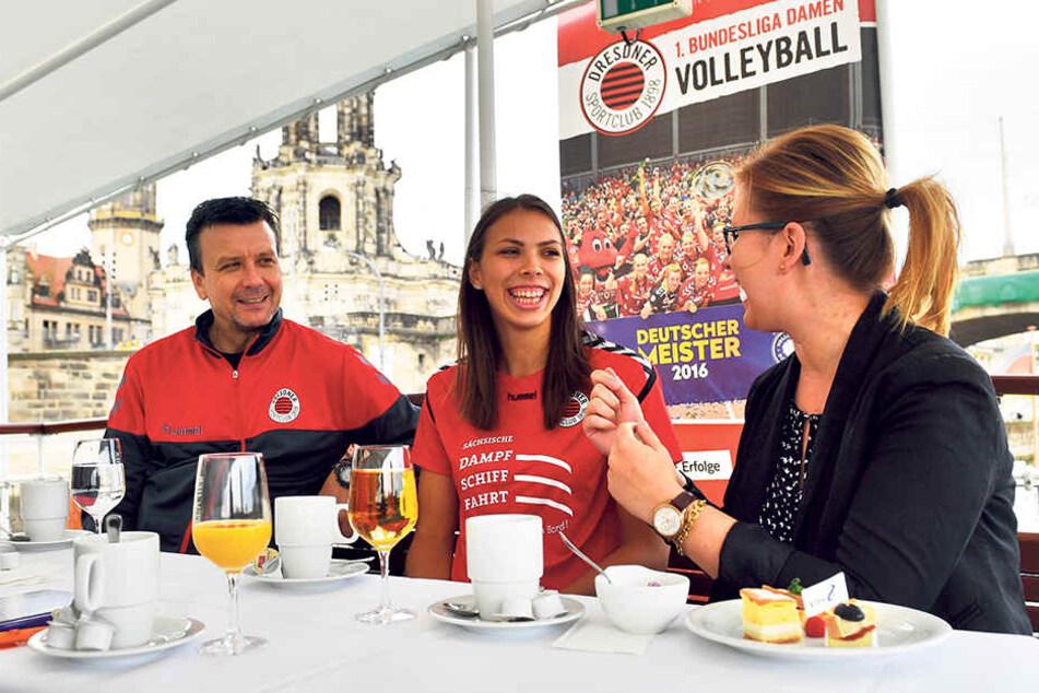 Trainer Alexander Waibl (v.l.), Sasa Planinsec und DSC-Geschäftsführerin Sandra Zimmermann beim gemütlichen und unterhaltsamen Frühstück auf dem Schiff.
