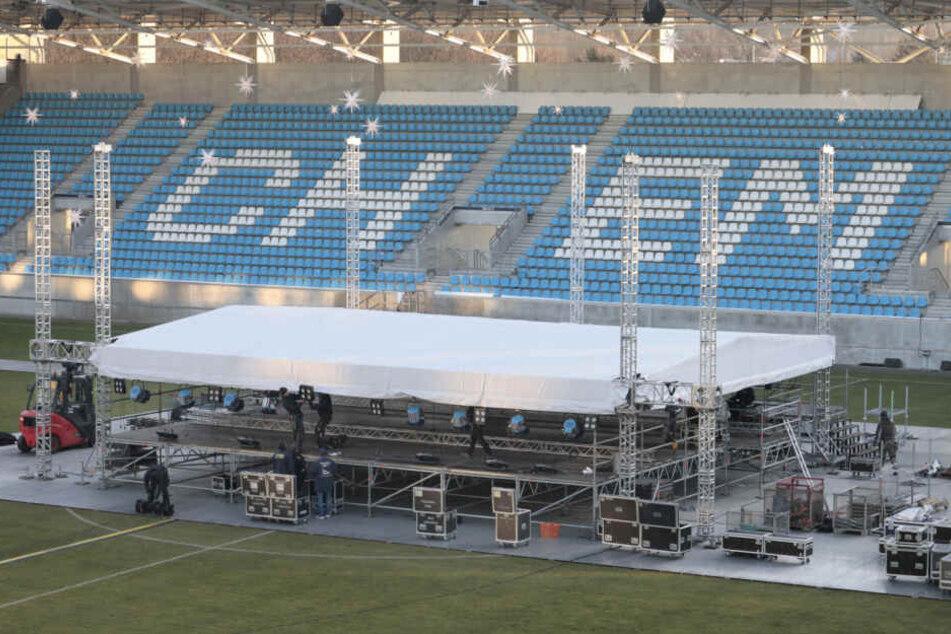 Die Bühne für das erste Chemnitzer Weihnachtssingen wird aufgebaut.
