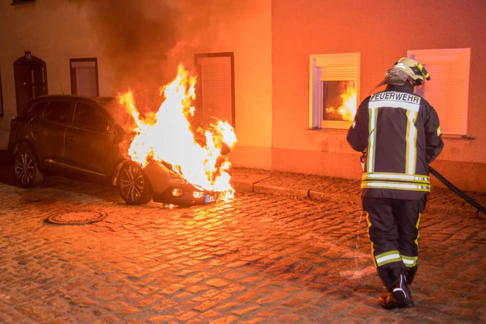 Neuwagen steht nachts lichterloh in Flammen