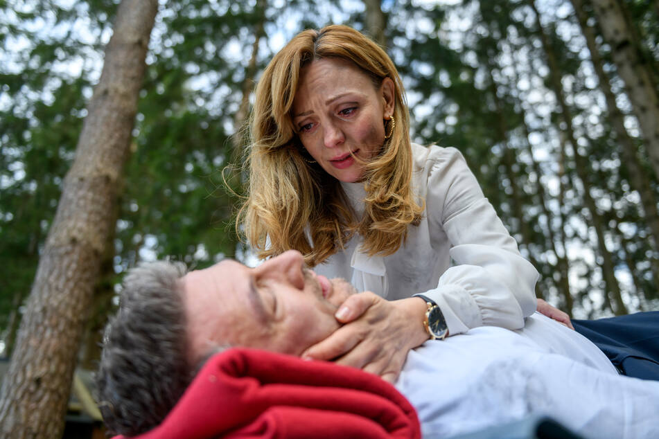 Ariane macht sich wirklich Sorgen um den verletzten Christoph Saalfeld.