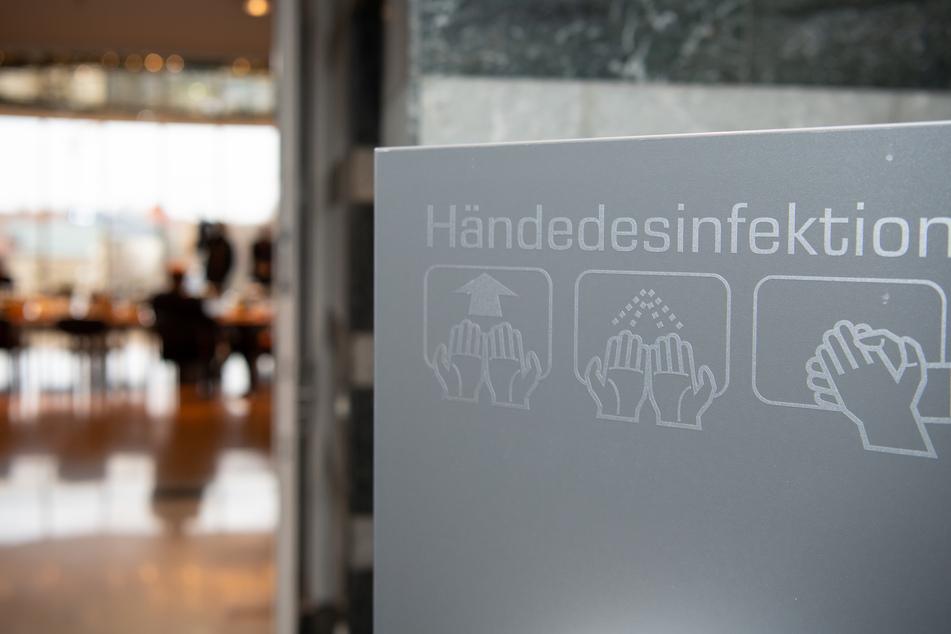 Ein Spender für Desinfektionsmittel steht vor Beginn einer Sitzung des bayerischen Kabinetts vor dem Sitzungssaal.