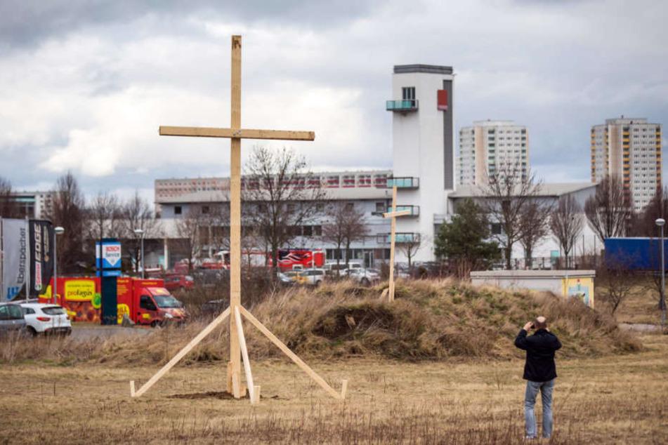Moschee-Gegner stellten solche Holzkreuze auf dem Gelände der geplanten Moschee in Marbach auf.